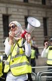La femme musulmane avec le mégaphone à la compteur-démo par le groupe de pression unissent contre le fascisme dans Whitehall, Lon Photos libres de droits