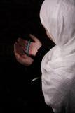 La femme musulmane prient dans la mosquée Image stock