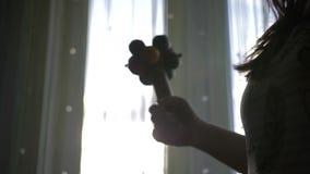 La femme mystérieuse joue les maracas, rituel du chaman banque de vidéos