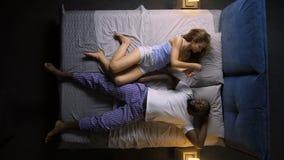 La femme ne peut pas dormir en raison du mari de ronflement clips vidéos
