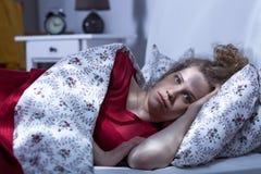 La femme ne peut pas dormir la nuit image stock