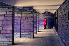 La femme non identifiée se tient dans le bâtiment cachant le fort Photo stock