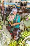 La femme non identifiée vend des fleurs sur la rue Images stock