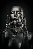La femme nue aiment la statue en métal liquide Images libres de droits