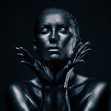 La femme nue aiment la statue en métal liquide Photographie stock