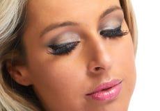La femme observe le maquillage images libres de droits