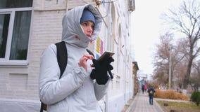 La femme a obtenu perdue la ville et en recherchant un itinéraire utilisant le navigateur dans le téléphone portable banque de vidéos