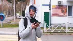 La femme a obtenu perdue la ville et en recherchant un itinéraire utilisant le navigateur dans le téléphone portable clips vidéos