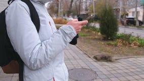 La femme a obtenu perdue la ville et en recherchant un itinéraire utilisant le navigateur dans le téléphone portable Remet le pla banque de vidéos