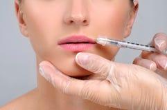 La femme obtient des lèvres de l'injection n de botox Traitement et chirurgie plastique cosmétiques images libres de droits