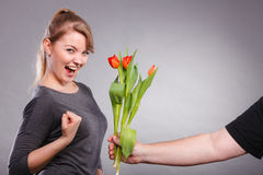 La femme obtient le bouquet des tulipes de l'homme Photographie stock