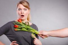 La femme obtient le bouquet des tulipes de l'homme Photo libre de droits