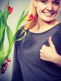 La femme obtient le bouquet des tulipes de l'homme Image libre de droits