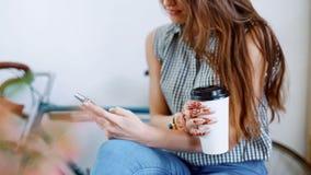 La femme obtient le téléphone de message et de prises pour le lire fin de sourire vers le haut de 4k Le regard de fille à la lumi banque de vidéos
