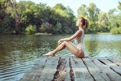 La femme obtient la relaxation en nature photographie stock