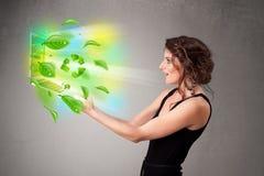 La femme occasionnelle tenant le carnet avec réutilisent et des symboles environnementaux photographie stock libre de droits