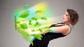 La femme occasionnelle tenant le carnet avec réutilisent et sym environnemental Image libre de droits