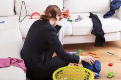La femme occupée est fatiguée sa charge de travail Photographie stock libre de droits