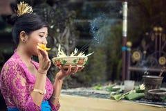 La femme offre des fleurs aux dieux, Bali, Indonésie image libre de droits