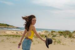 La femme ont plaisir à marcher sur le sable sur le bord de la mer image stock