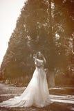 La femme ou la fille, une jeune mariée dans une robe de mariage blanche, se tient en m Image libre de droits
