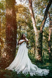 La femme ou la fille, une jeune mariée dans une robe de mariage blanche, se tient en m Images libres de droits