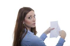 La femme ouvre l'enveloppe Photographie stock libre de droits