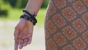 La femme ouvre ses mains pour sentir l'environnement, sens minces, unité de plan astral banque de vidéos