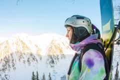 La femme parasitaire se tient sur le flanc de montagne dans un casque et Photo stock
