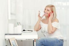 La femme parle au-dessus du téléphone Image libre de droits