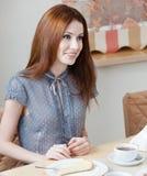 La femme parle avec quelqu'un au café photographie stock libre de droits