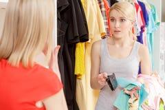 La femme paye avec une carte de crédit Photos libres de droits