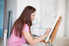 La femme peint le tableau sur la toile Images libres de droits