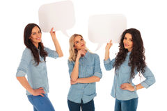La femme pense tandis que ses amis tiennent des bulles de la parole Photos libres de droits
