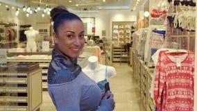 La femme photographie la lingerie au magasin photos stock