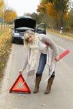 La femme place un signe de secours Photographie stock