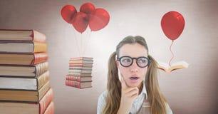 La femme portant des lunettes avec le flottement réserve sur les ballons surréalistes Images stock
