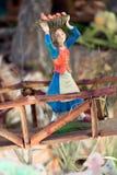 La femme portent le fruit de panier dans la huche de pont Image libre de droits