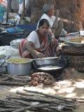 La femme prépare la nourriture frite Photos stock