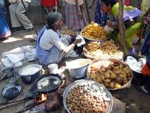La femme prépare la nourriture frite Images stock
