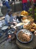 La femme prépare la nourriture frite Photo libre de droits