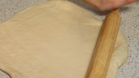La femme prépare la pâte pour la pizza Pâte pour la pizza et la roulement-goupille sur la table Déroulez la pâte clips vidéos