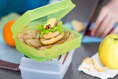 La femme prépare le déjeuner et le met dans la boîte à nourriture images libres de droits
