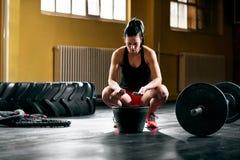La femme préparent l'examen médical pour les poids lourds au gymnase de crossfit photographie stock