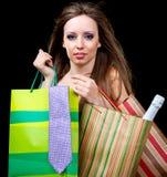 La femme présente le sac à provisions photo libre de droits