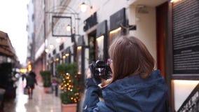 La femme prend des photos dans la rue dans la ville européenne Voyage l'Europe clips vidéos