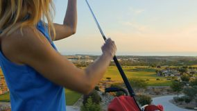 La femme prend le club de golf du sac banque de vidéos