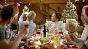 La femme prend le selfie de groupe avec sa famille sur le dîner de Noël banque de vidéos