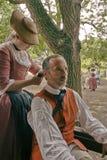La femme prend soin des cheveux de l'homme Photographie stock