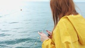 La femme prend un beau paysage marin sur un appareil-photo de téléphone banque de vidéos